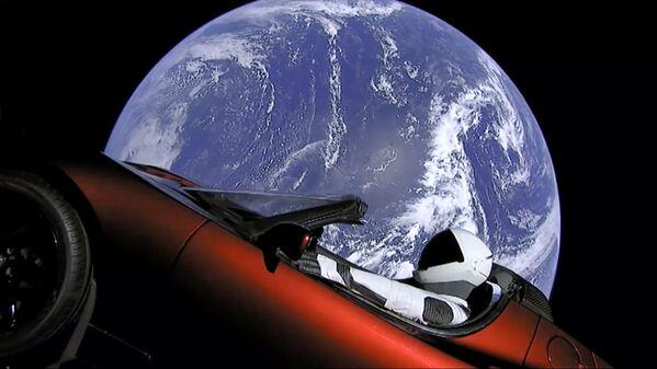 SpaceX ha lanciato il razzo Falcon Heavy che ha portato nello spazio la vettura sportiva elettrica Tesla Roadster. - Sputnik Italia