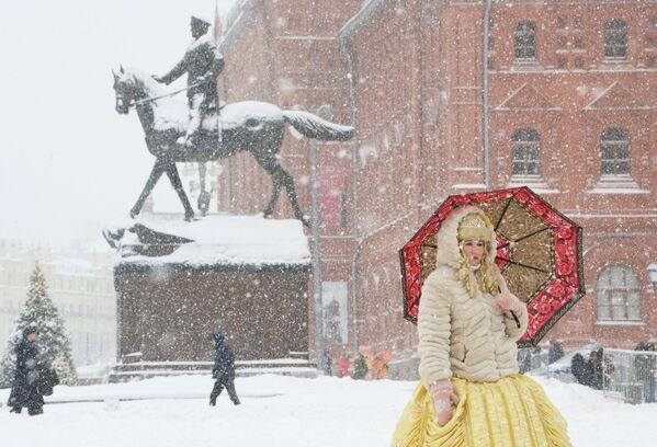 Una donna con l'ombrello durante una nevicata a Mosca. - Sputnik Italia