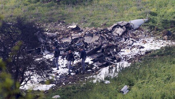 Israeli security stands around the wreckage of an F-16 that crashed in northern Israel, near kibbutz of Harduf, Saturday, Feb. 10, 2018. - Sputnik Italia