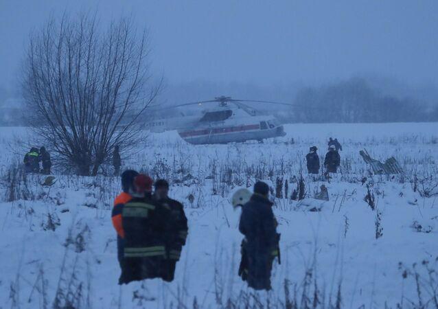 I soccoritori al luogo dello schianto dell'aereo An-148, precipitato nella periferia di Mosca