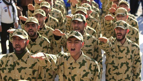 Hezbollah fighters parade during a ceremony to honor fallen comrades, in Tefahta village, south Lebanon, Saturday, Feb. 18, 2017 - Sputnik Italia