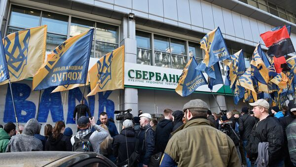 Radicali ucraini fuori la sede di Sberbank a Kiev - Sputnik Italia