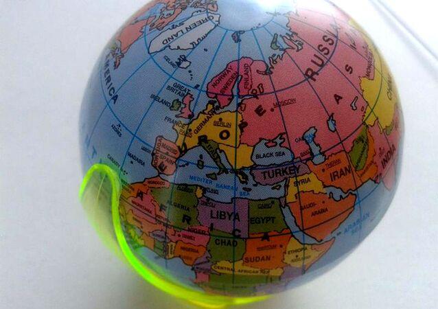 La mappa del mondo comprata in Germania su cui la Germania erroneamente ha un confine comune con la Russia
