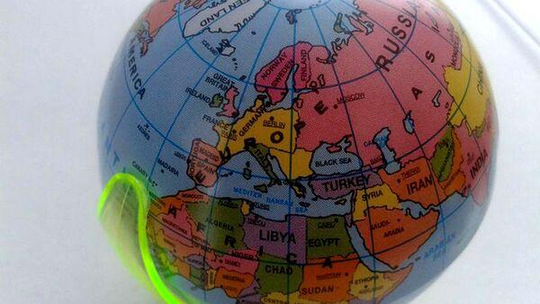 La mappa del mondo comprata in Germania su cui la Germania erroneamente ha un confine comune con la Russia - Sputnik Italia