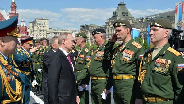 Putin passa in rassegna gli ufficiali dell'esercito durante la parata del 9 maggio - Sputnik Italia
