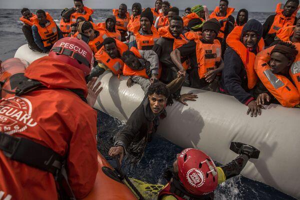 I migranti vengono salvati dai dipendenti dell'organizzazione spagnola Proactiva Open Arms sulle coste libiche. - Sputnik Italia