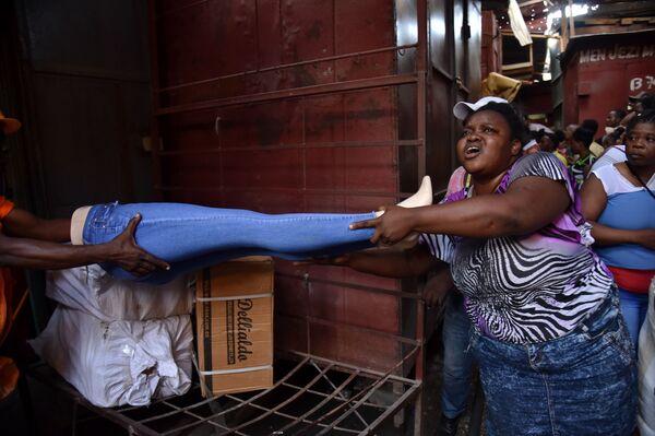 Venditori cercano di salvare le loro merci dall'incendio al mercato a Port-au-Prince - Sputnik Italia