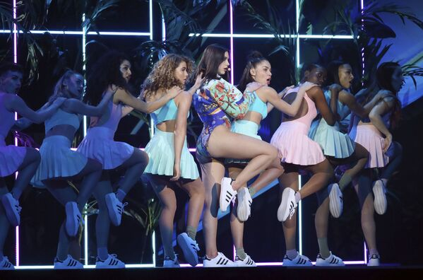 La cantante Dua Lipa si esibisce alla Brit Awards 2018 a Londra. - Sputnik Italia