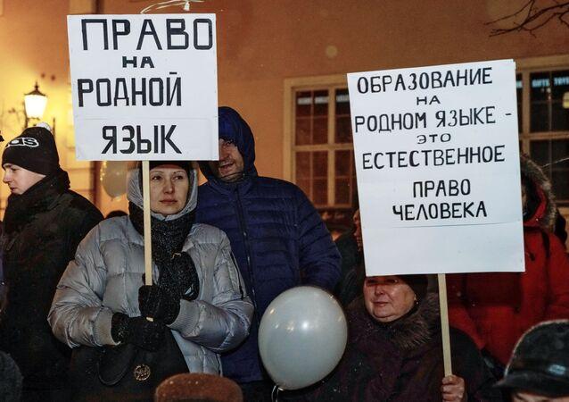 Manifestazione a difesa delle scuole russe a Riga
