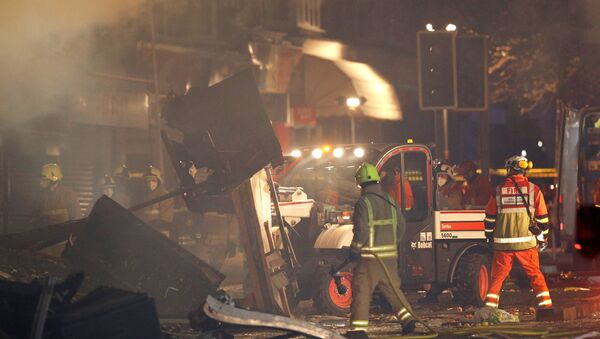 Members of the emergency services move debris at the site of an explosion which destroyed a convenience store and a home in Leicester, Britain, February 25, 2018 - Sputnik Italia