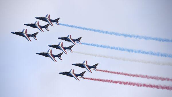 La pattuglia francese in volo sopra Le Bourget alla ceremonia d'inaugurazione del Salone internazionale di Parigi. - Sputnik Italia
