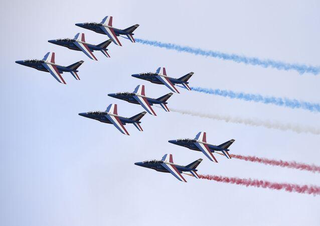 La pattuglia francese in volo sopra Le Bourget alla ceremonia d'inaugurazione del Salone internazionale di Parigi.