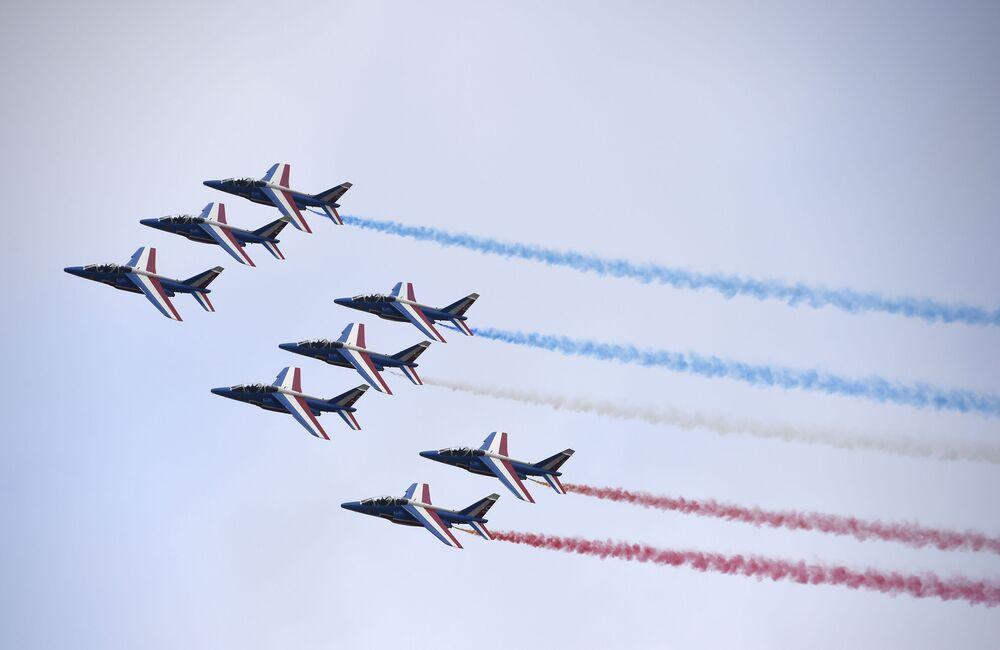 La pattuglia francese in volo sopra Le Bourget alla ceremonia d'inaugurazione del Salone dell'aeronautica di Parigi.