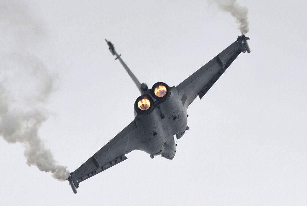 Performance di un caccia a reazione Rafale al Salone internazionale dell'aeronautica di Parigi, aeroporto Le Bourget.