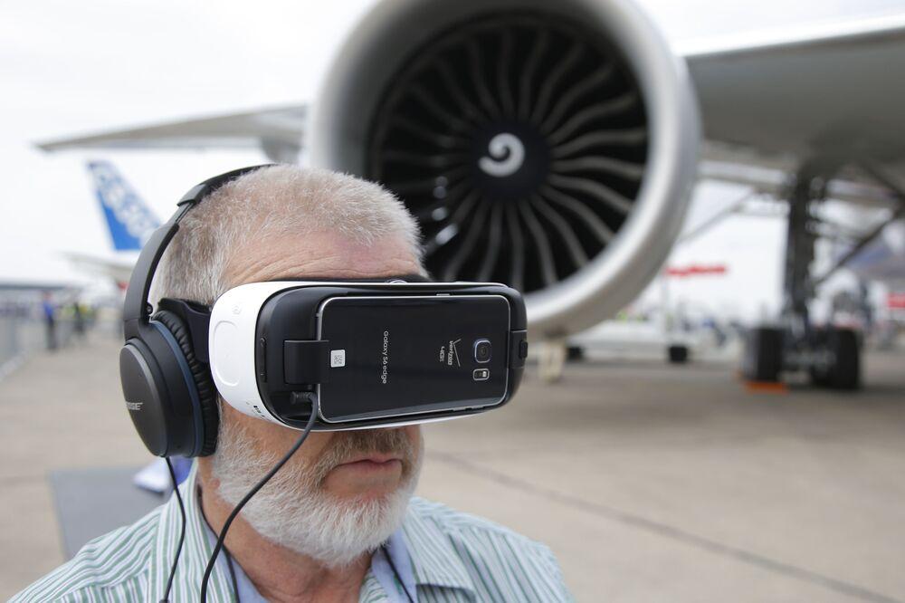 Un visitatore guarda la 3D presentazione del Boeing 777-300ER al Salone dell'aeronautica di Parigi, aeroporto Le Bourget.