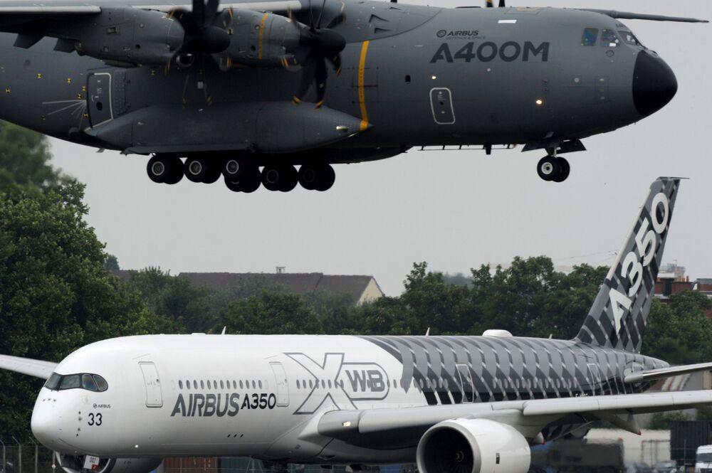 Aerei Airbus A400M e Airbus A350 XWB al Salone internazionale dell'aeronautica di Parigi, aeroporto Le Bourget.