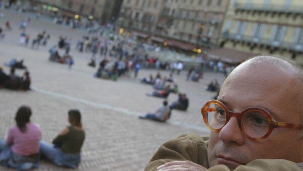 Uomo pensieroso in piazza del Campo a Siena - Sputnik Italia