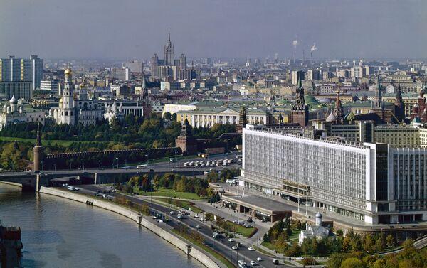 Una vecchia foto del centro di Mosca con l'albergo Rossiya in primo piano - Sputnik Italia