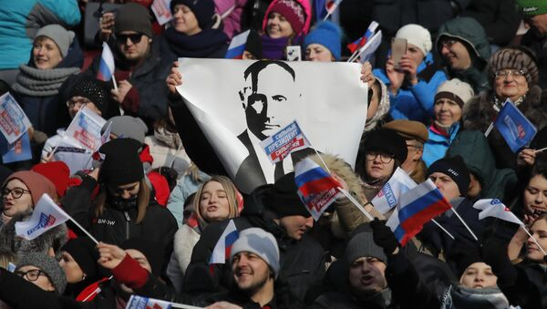 People take part in a rally to support Russian President Vladimir Putin in the upcoming presidential election at Luzhniki Stadium in Moscow, Russia March 3, 2018 - Sputnik Italia