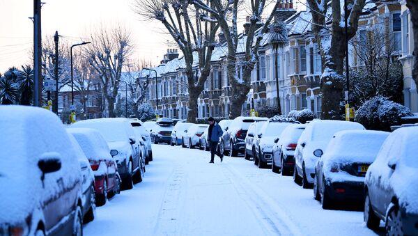 A man walks down a snow covered street in South London, Britain, February 28, 2018 - Sputnik Italia