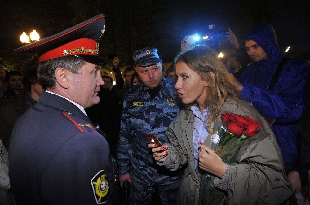 La conduttrice televisiva Ksenia Sobchak parla con un poliziotto durante le manifestazione dell'opposizione a Mosca.