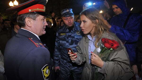 Телеведущая Ксения Собчак общается с сотрудником полиции во время акции оппозиции на Кудринской площади в Москв - Sputnik Italia