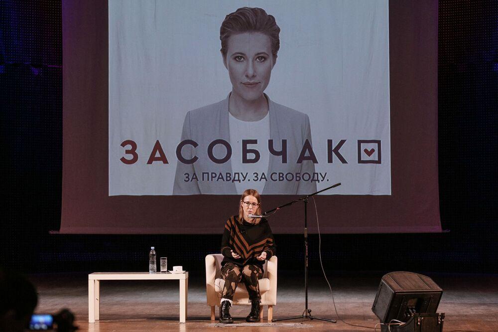 La conduttrice televisiva e la candidata alle presidenziali Ksenia Sobchak durante l'incontro con gli abitanti di Murmansk.