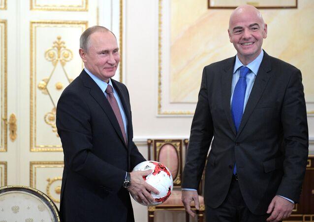 Vladimir Putin con il presidente della FIFA Gianni Infantino