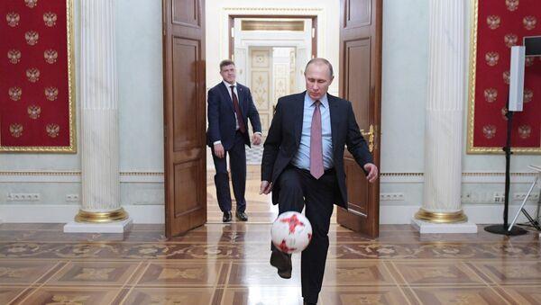 Vladimir Putin con il presidente della FIFA Gianni Infantino - Sputnik Italia