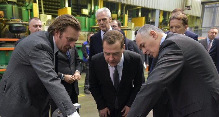 Il premier russo Dmitry Medvedv in vista allo stabilimento Pirelli di Voronezh nel 2015