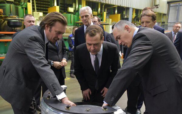 Il premier russo Dmitry Medvedv in vista allo stabilimento Pirelli di Voronezh nel 2015 - Sputnik Italia