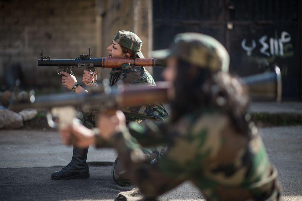 Esercitazioni delle donne soldato siriane a Damasco.