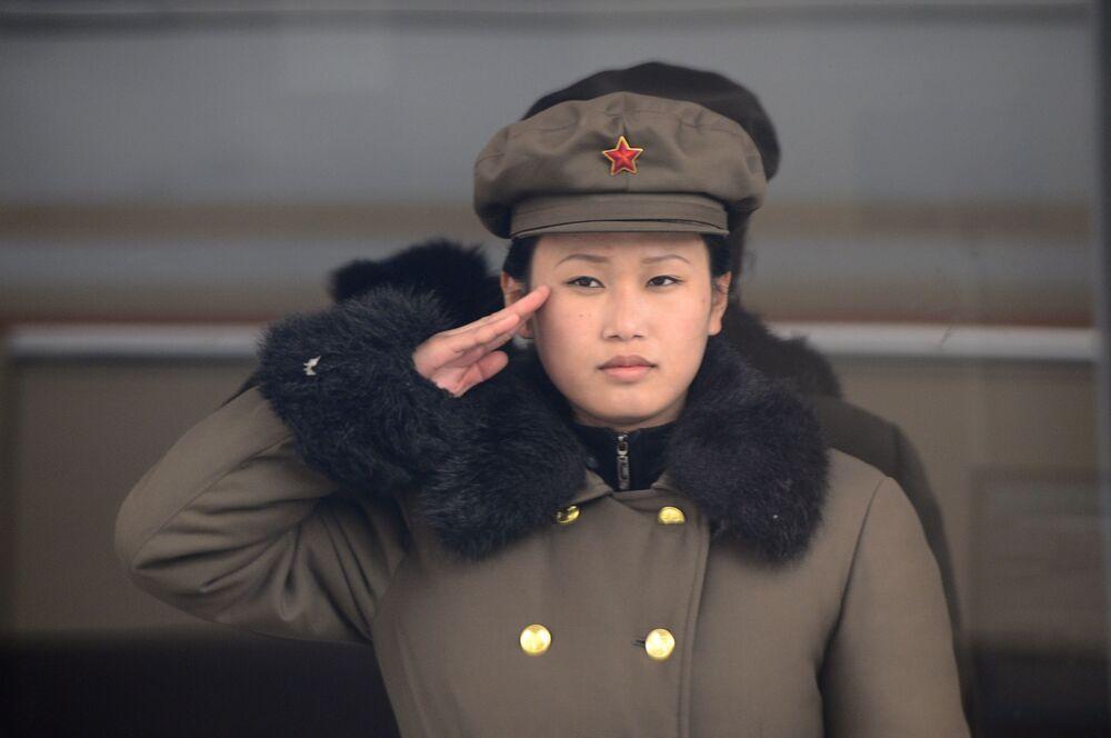 Una donna soldato dalla Corea del Nord.