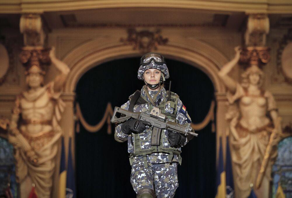 Una donna soldato delle Forze Armate Romene.