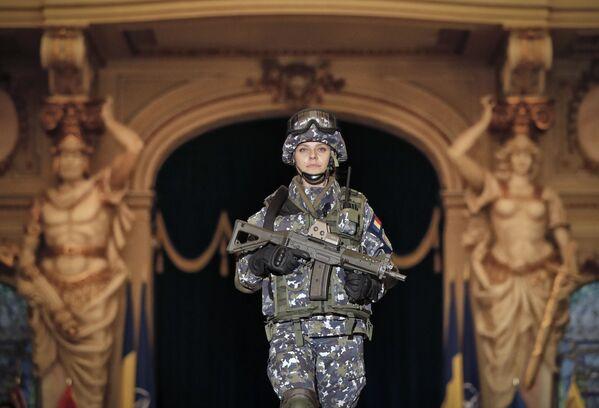 Una donna soldato delle Forze Armate Romene. - Sputnik Italia