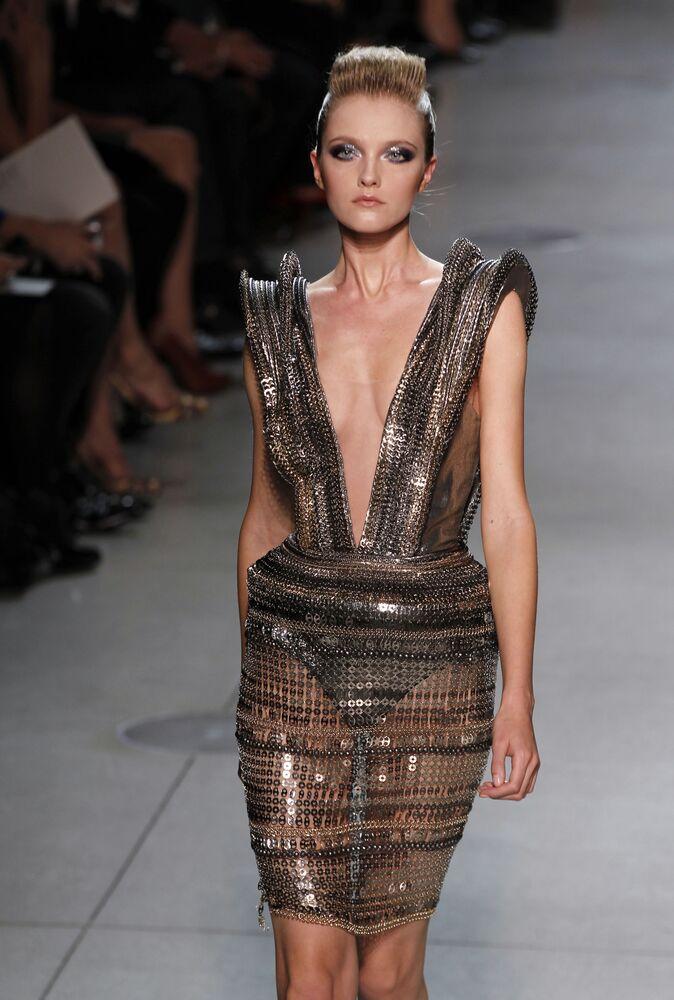 La modella russa Vlada Roslyakova alla sfilata dello stilista indiano Manish Arora per Paco Rabanne a Parigi.