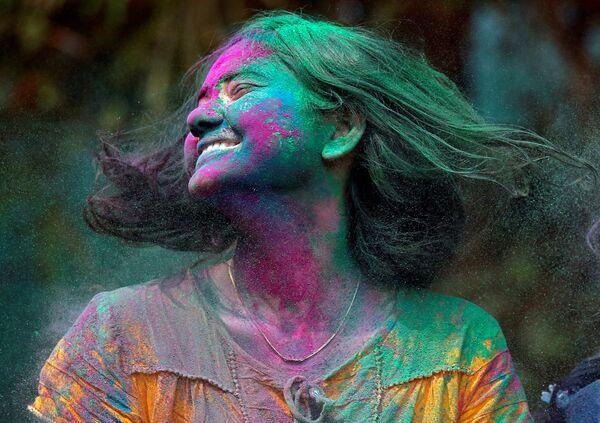 Una partecipante al festival Holi in India. - Sputnik Italia