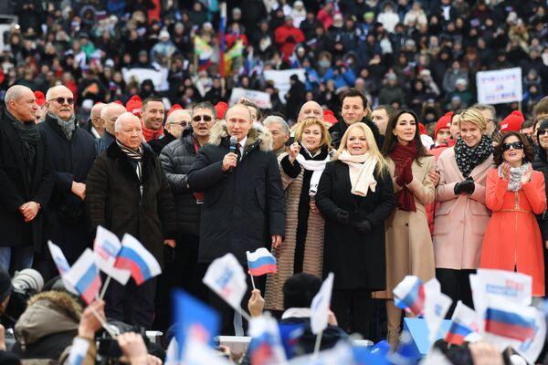 Il candidato alla presidenza Vladimir Putin alla manifestazione Per una Russia forte nello stadio Luzhniki. - Sputnik Italia