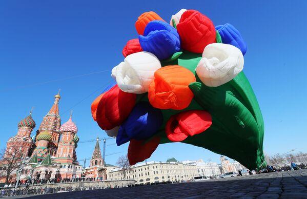 Un mazzo di tulipani aerostatico nella piazza Vasilevsky Spusk vicino al Cremlino a Mosca. - Sputnik Italia