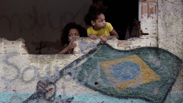 Garotas na favela de Manquinhos, no Rio de Janeiro, Brasil, assistem manifestação em prol da paz, exigindo o fim da violência entre traficantes e policiais. - Sputnik Italia