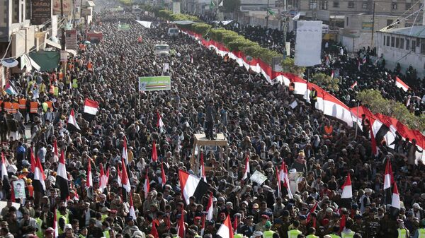 Supporters of Shiite Houthi rebels attend a rally in Sanaa, Yemen, Tuesday, Dec. 5, 2017. The killing of Yemen's ex-President Ali Abdullah Saleh by the country's Shiite rebels on Monday, as their alliance crumbled, has thrown the nearly three-year civil war into unpredictable new chaos. - Sputnik Italia