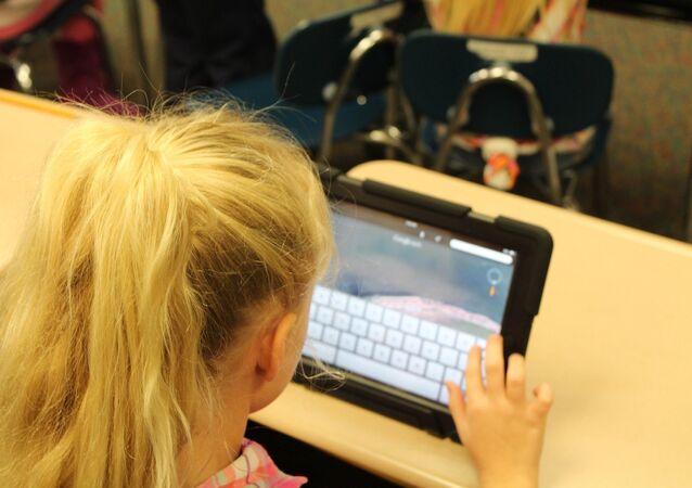 Bambina con iPad
