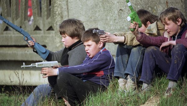 Bambini che giocano alla guerra - Sputnik Italia