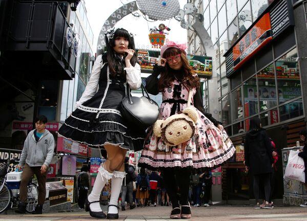 Due ragazze giapponesi posano per delle foto a Tokyo. - Sputnik Italia