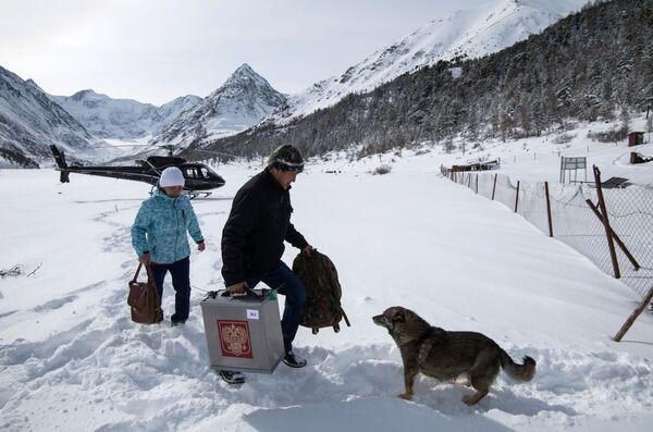 I membri della commissione elettorale arrivano alla stazione meteo di Akkem, Repubblica dell'Altaj. - Sputnik Italia