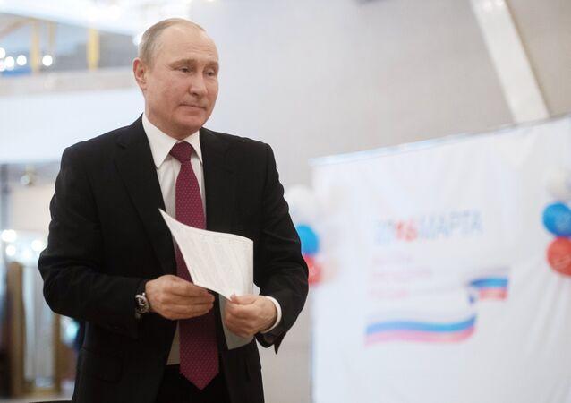Putin mentre vota alle elezioni presidenziali