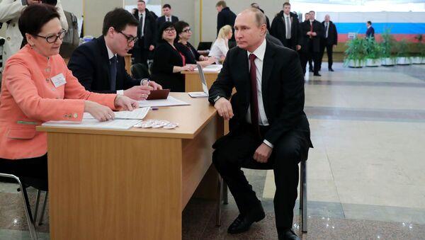 Vladimir Putin vota alle Elezioni Russe - Sputnik Italia