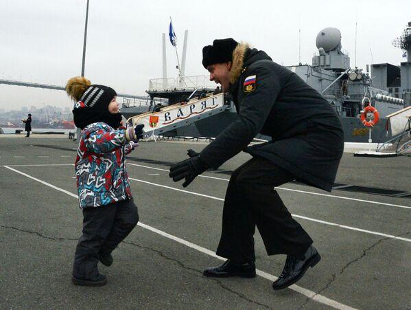 Un ufficiale in servizio sull'incrociatore Ammiraglio Panteleev abbraccia suo figlio al ritorno nel porto di Vladivostok dopo una missione. - Sputnik Italia
