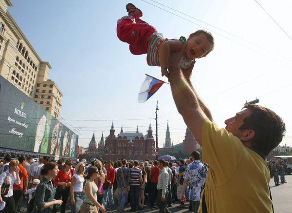 Un papà si diverte con la propria figlia nelle strade di Mosca, durante i festeggiamente per il compleanno della città - Sputnik Italia