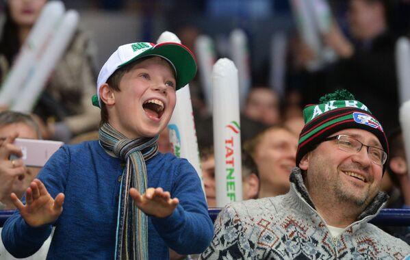 Un papà esulta con suo figlio sugli spalti del palazetto del ghiaccio di Kazan per un gol della squadra di hockey Ak Bars - Sputnik Italia